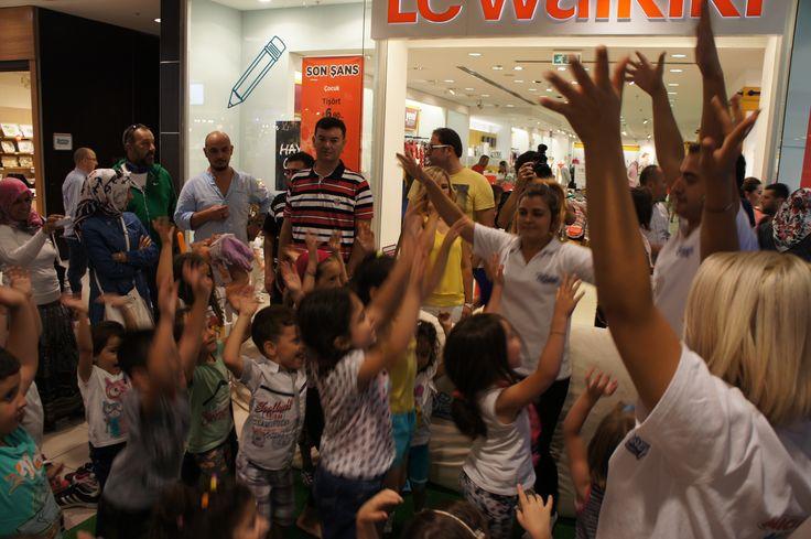 """""""Mickey Fare Kulüp Evi"""" 6-14 Eylül tarihleri arasında eğlenceli dekoru ve Mickey Park Oyun alanı ile Espark Alışveriş Merkezi'nin minik ziyaretçilerine birbirinden eğlenceli saatler yaşattı. Minikler Mickey Fare çizmeyi öğrendi, puzzledan, grafiti etkinliğine eğlenceli oyun hamurlarına kadar, Mickey Fare Kulüp Dansı ve eğlenceli şişme balonda hem eğlendiler hem de öğrendiler. Çocukların büyük ilgi gösterdiği Mickey Fare Kulüp Evi'ne 3000 çocuk katıldı."""