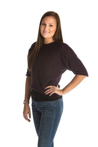 Feminin bluse strikket på tværs i den lækre Mayflower Easy Care. Denne kvalitet er super lækker, 100% ren uld som kan maskinvaskes og tørretumbles. [Strik, hækl, yarn, knitting, Mayflower Strikkegarn]