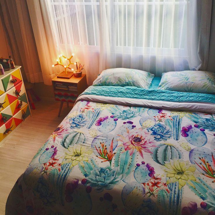 Meu quartinho fofo e aconchegante com alguns dos móveis que eu fiz, e essa roupa de cama da @saldecor que deixou tudo ainda mais lindo!!! Se você quer aprender a fazer os móveis, visite: www.youtube.com/diycore