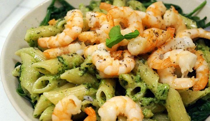 Pasta met basilicumpesto, garnalen en spinazie