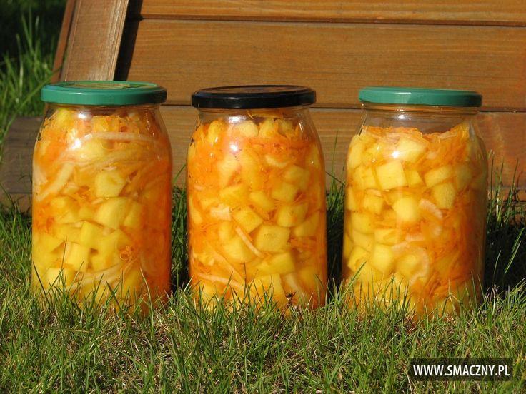 Cukinia w towarzystwie marchewki i cebuli czuje się całkiem, całkiem dobrze. Polecam na zimę:  http://www.smaczny.pl/przepis,salatka_z_cukinii_marchewki_i_cebuli  #przepisy #przetwory #cukinia #marchew #cebula #warzywa #sałatkidosłoika #lato