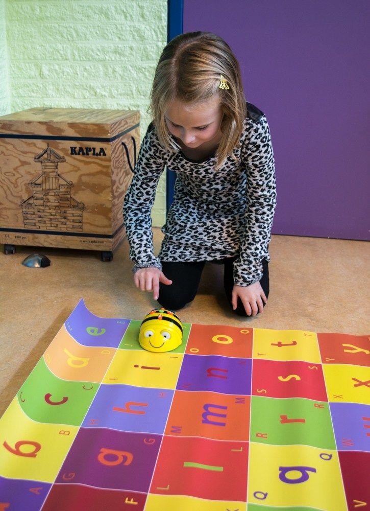 Bee bot gebruiken in het eerste leerjaar om te programmeren en om spelend woorden te maken. De leerlingen moeten nadenken waar de bij naartoe moet en welk woord ze willen maken. Je werkt hier vakoverschrijdend.