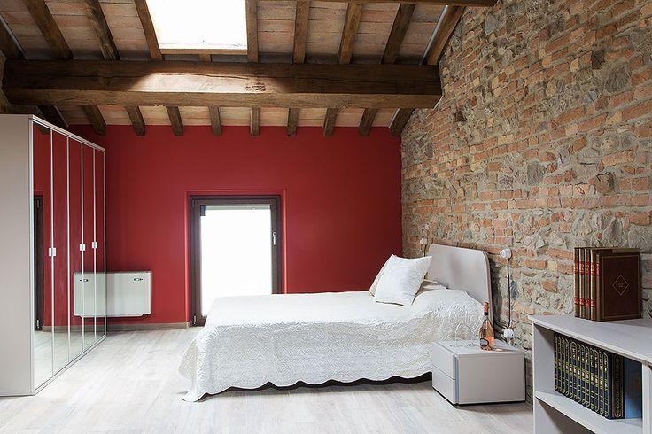 Camera da letto moderna e comoda