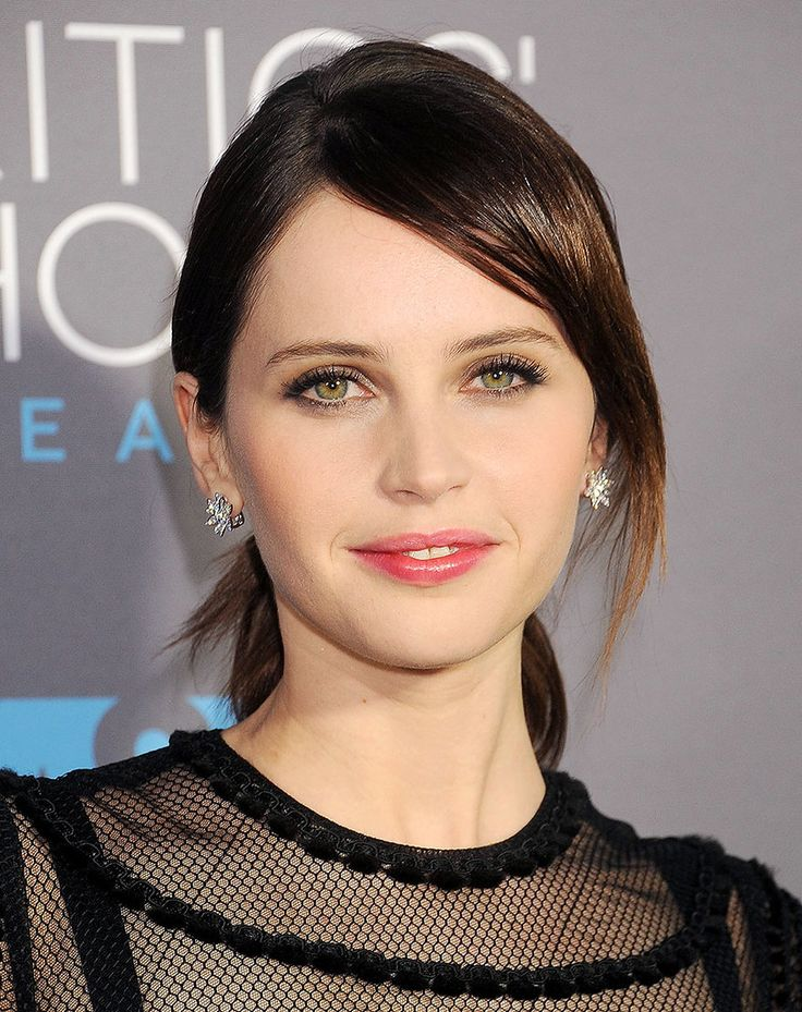Felicity Jones and the High-Shine Appeal of a Rosy Lip Stain – Vogue