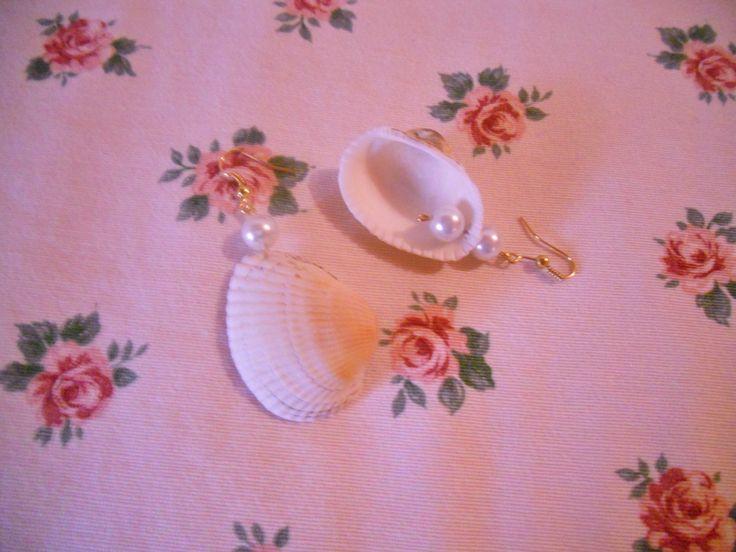 Orecchini realizzati con vere conchiglie e perle in vetro  ( e 5 spedisco in tutta Italia e nel Mondo)