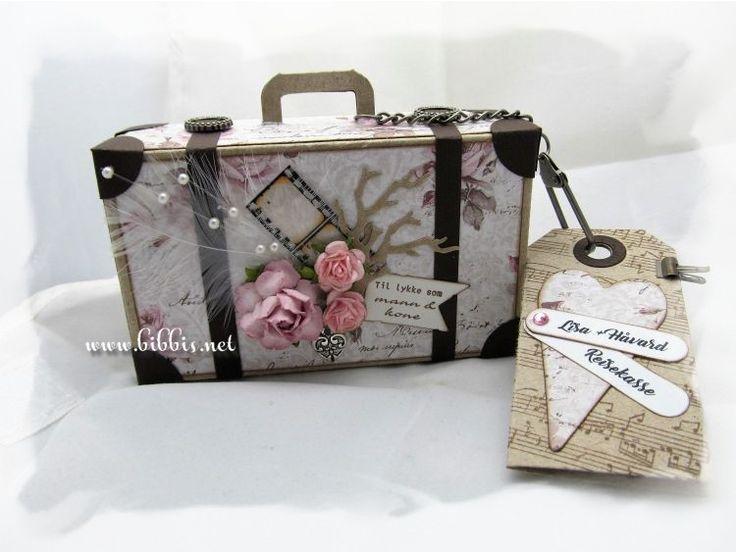 Bestilling på en liten koffert til et brudepar som ønsket seg tilskudd til reisekassa. Laget i kraftkartong med en Sizzix pro dies. Ark...