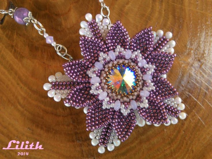 Lilith Gyöngyékszerek - smuk blomst med rivoli - er i lilla og hvid