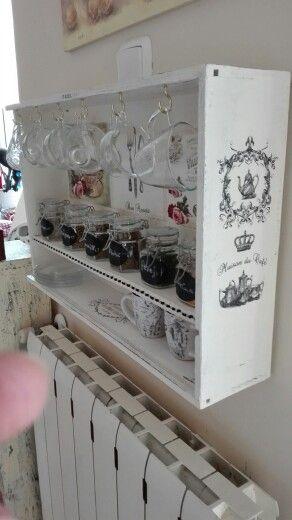 Cuelga tazas con caja de vino