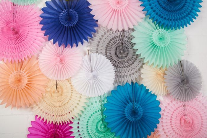 mur de rosaces pour décorer votre mariage || paper fans backdrop for wedding ceremony or party