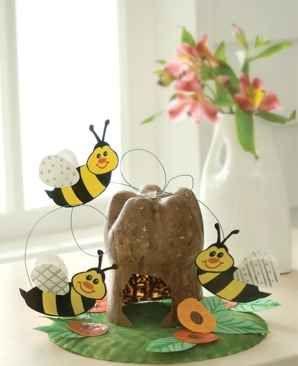 Una graciosa colmena de abejas con material reciclado