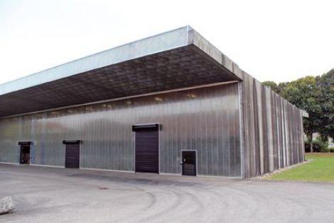L'entreprise Ricola à Mulhouse. L'entreprise d'emballage et de distribution de Ricola a été réalisé par un cabinet de renom : Herzog & de Meuron. C'est surtout à la nuit tombée que le bâtiment révèle son originalité, quand la feuille du photographe Karl Blossfeld, imprimée sur les panneaux qui structurent le bâtiment, est éclairée.