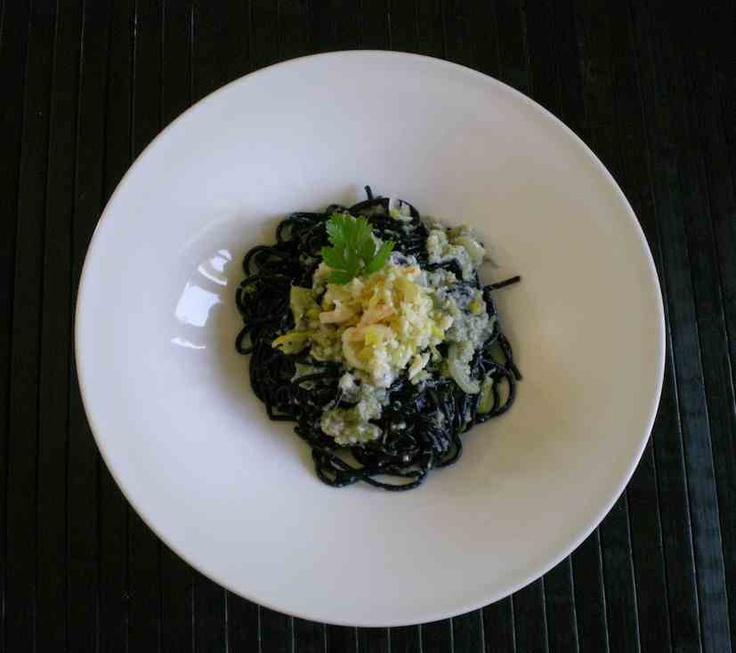 Spaghetti noirs avec sauce au crabe, citron et gingembre
