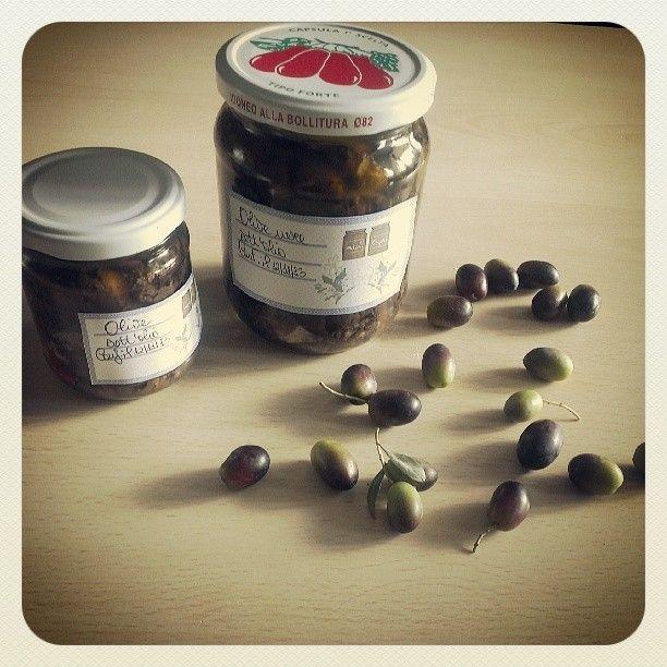Buongiorno a tutti! Oggi inauguriamo il mese di Novembre con la ricetta delle olive nere sott'olio. In questo periodo è iniziata la raccolt