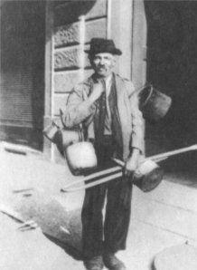 El magnan era quella persona che faceva il riparatore di pentole in rame. Di solito il magnano si presentava sporco a causa del lavoro. Da qui il detto: Tenc come on magnan, nero come un calderaio #TuscanyAgriturismoGiratola