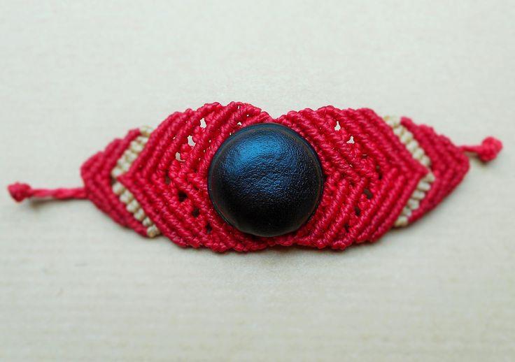 Bracelet en macramé avec graine centrale : Bracelet par Macramundi. 18 euros, livraison en France offerte !