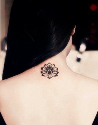 Маленькая татуировка цветок лотоса на шее для девушек