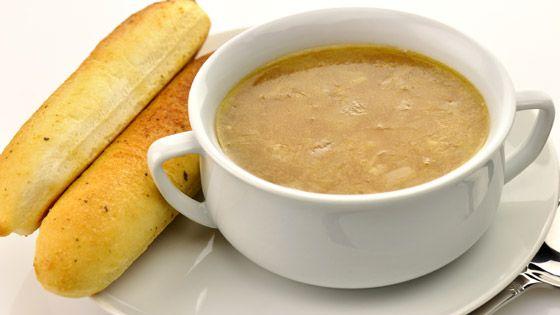 Vijf smakelijke wintersoepen om zelf te maken - De Standaard: uiensoep met aardappelen