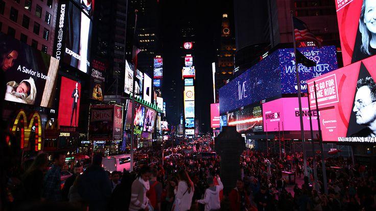 Wenn der Times Square eines nicht ist, dann der ideale Platz für Menschen mit Klaustrophobie, oder genauer Agoraphobie, der Angst vor öffentlichen Plätzen. Es gibt wohl kein vergleichbares Nadelöhr in Manhattan, durch das sich täglich so viele Autos und Menschen schieben. Wer durchatmen möchte, sucht sich seinen Platz auf der rot erleuchteten Tribüne am nördlichen Ende des Times Squares und staunt beim Anblick der bunt flackernden Leuchtreklame.