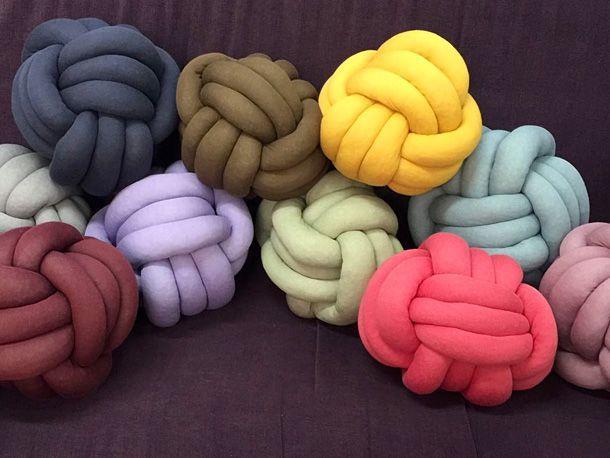 Bringen Sie etwas Farbe und originelle Formen auf Ihr Sofa, indem Sie es mit selbst gebundenen Knotenkissen schmücken. Eine kleine Anleitung zum Nachmachen.
