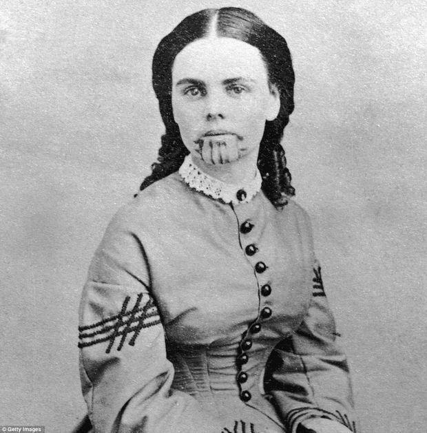 Olive Oatman è stato catturato dagli indiani in Arizona nel 1851 e incorporata nella tribù Mojave. Ha ottenuto il suo tatuaggio, al fine di garantire la transizione alla vita dopo la morte. Nel 1857, è stato liberato dalle mani degli indiani dai coloni locali. Questa foto è stata scattata dopo la liberazione.