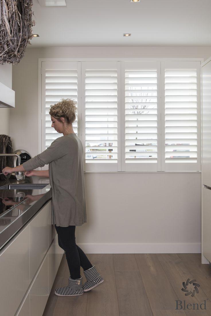 Moderne witte shutters in de keuken van Blend Window Fashion!