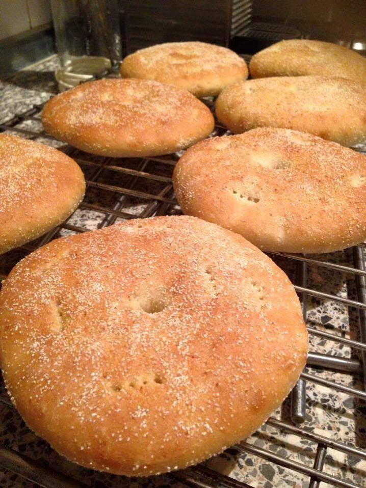 Huisgemaakte Marokkaanse brood. Ingrediënten: 350 gr bloem 150 gr griesmeel (smida moyen) 8 gr gist 10 gr zout snufje suiker …