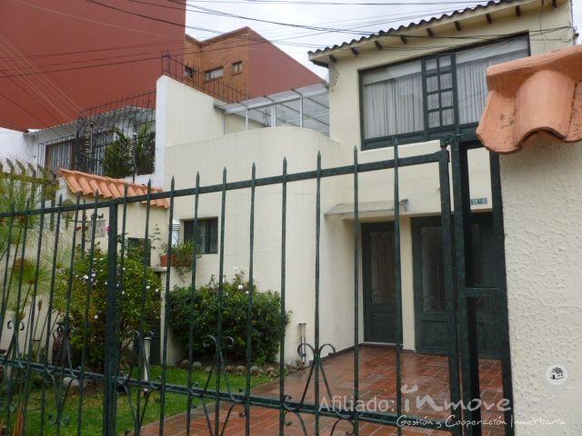 apartamento en venta - LISBOA - Bogota D.C.. Precio: $ 850.000.000. Codigo: AV07649 www.inmove.co casa para la venta barrio Lisboa, dos Niveles en el primer nivel se encuentra, 2 parqueaderos, CBS, baño social. sala con chimenea, comedor Independiente, Cocina integral amplia con zona de lavanderia independiente, hermoso patio amplio con jardín, en el segundo nivel hay 4 habitaciones, dos baños, hall de alcobas o estar, estudio, terraza cubierta con balcon.