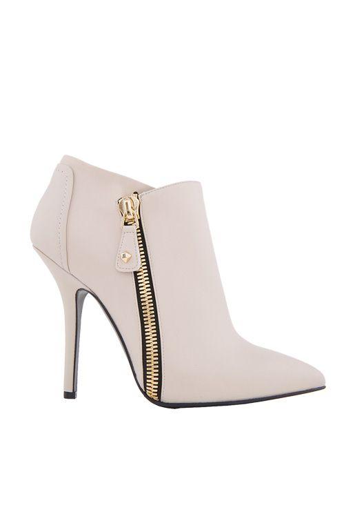 - 40% #Tronchetto in vitello nappato con Zip in metallo dorato. Atmosfera rock - glamour per un accessorio che non passerà inosservato.