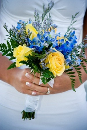 Sodalite Blue looks even better when paired with Pantone's other hot wedding color, Solar Power, as shown with this gorgeous bouquet.