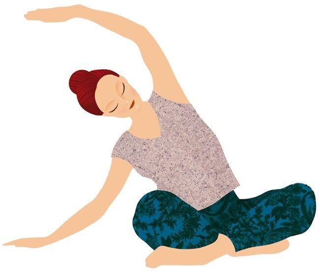 Yoga para dormir: postura de estiramiento lateral sentado. Sentada con las piernas cruzadas, apóyate sobre la mano derecha con el codo ligeramente flexionado. Levanta el brazo izquierdo respirando por la nariz y después espirando, también por la nariz, balanceando suavemente el torso hacia la derecha. La torsión se produce a nivel de la pelvis (conservando los omóplatos bajos y los glúteos siempre en contacto con el suelo). Mantén la postura durante ocho respiraciones y después cambia de lado.