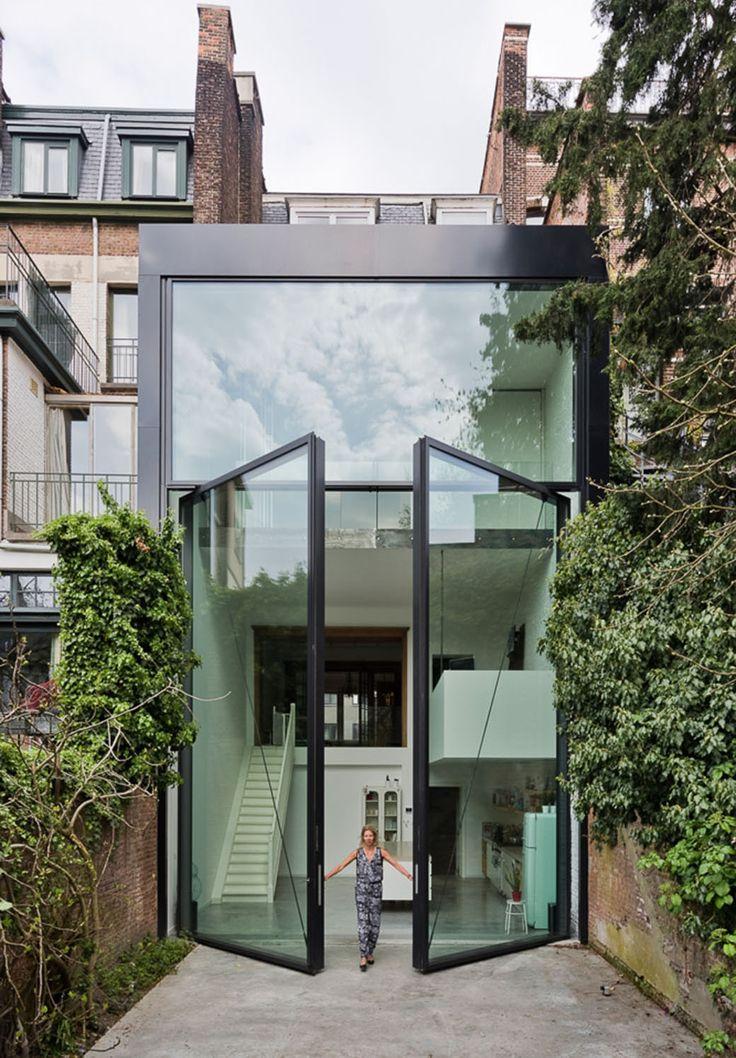 Cette maison danvers possède une portes en verre reconnue comme la plus grande fenêtre pivotante du monde une conception du studio belge sculp it plus