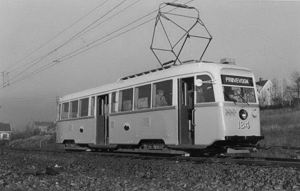 DigitaltMuseum - Oslo Sporveier. Trikk motorvogn 184 type Gullfisk B1, nylevert fra Strømmens Værksted, testkjøring med B-vogn ved sporsammenløpet ved Godlia i desember 1938. (Fører skal være overkontrollør Sigvartsen.)
