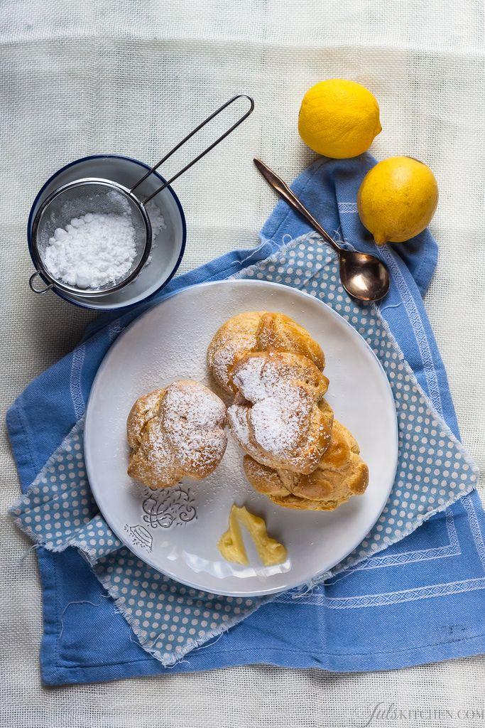 I bigné di nonna sono fatti con olio d'oliva anziché burro. Hanno un inconfondibile aroma, leggermente fruttato, che ben si sposa alla crema al limone con cui li riempiamo sempre.