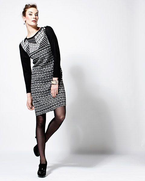 Pitkähihaisessa mekossa on piilovetoketju sivusaumassa. Hihat ovat yksiväristä trikoota ja hihansuissa on halkiot. Itse mekon kangas on paksua, hieman joustavaa materiaalia.