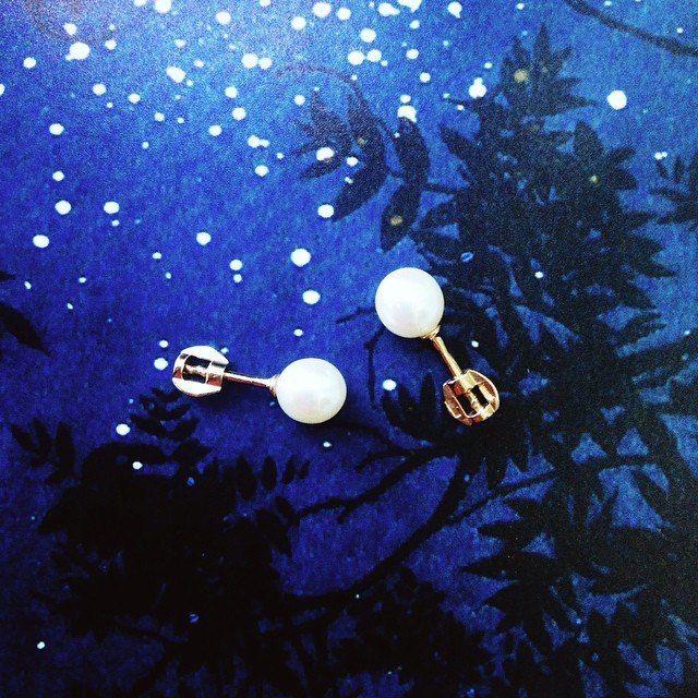 Серьги с жемчугом – образец изысканной элегантности. Серьги с этим минералом уже давно стали классикой ювелирного искусства. Это украшение универсально, оно одинаково подойдет как женщинам зрелым, так и совсем юным девушкам. Нужно лишь правильно подобрать изделие подходящего дизайна. Самые разнообразные, выполненные из золота 585 и серебра 925 пробы серьги с жемчугом каталог нашего магазина предлагает по самым выгодным ценам.  Посмотреть: http://www.magicgold.ru/catalog/earrings-pearl/