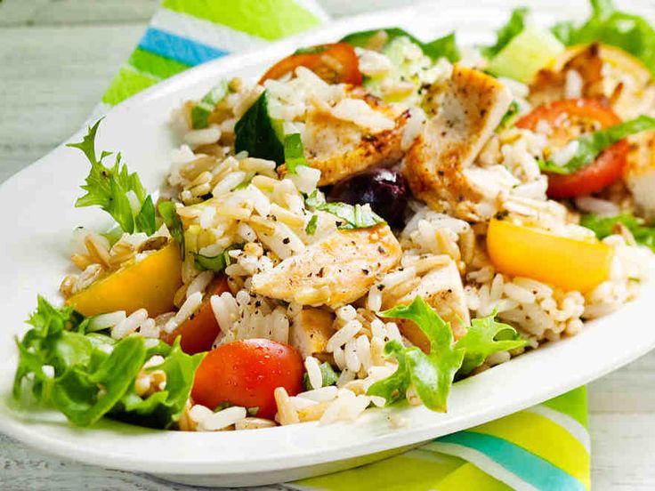 Raikkaassa kanasalaatissa maistuu välimeren maut. http://www.yhteishyva.fi/ruoka-ja-reseptit/reseptit/valimeren-kanasalaatti/013726
