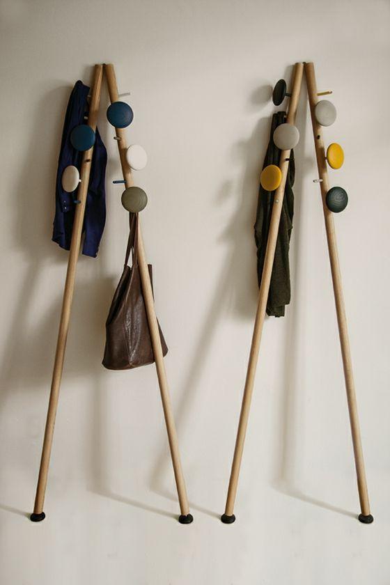 Holzstangen-mit-runden-Haken-stylische-Lösungen-für-Garderoben-Design