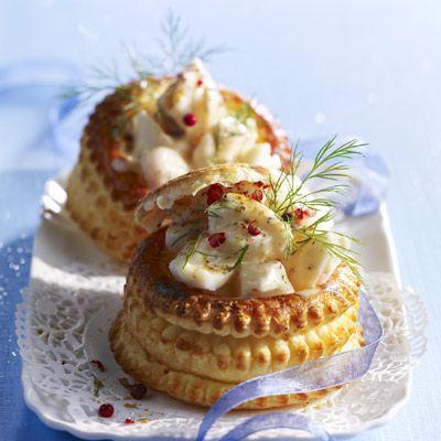 Feuilletés de Noël 300 g de filets de poisson blanc en morceaux • 1 jaune d'œuf • 3 cuil. à café de fumet de poisson déshydraté • 15 cl de crème liquide • 15 g de beurre • 15 g de farine • 1 cuil. à café de colombo (ou de curry) • sel, poivre
