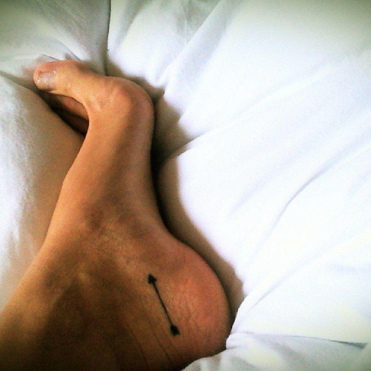 Little foot tattoo of an arrowon Anna.