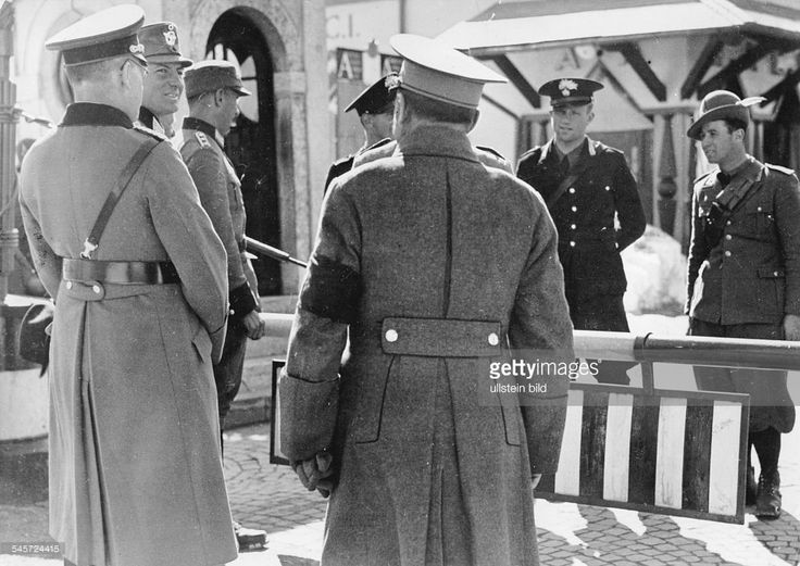III.Reich , annexation 'Anschluss' of Austria: entry of 'Wehrmacht' into Austria, 12. march 1938 : At the former austrian-italien border (mountain pass Brenner): German officer and policemen as well a an austrian policemen (back) under discussion with italian carabinieri and alpini. march 1938