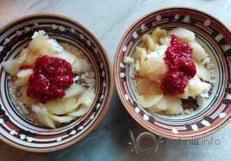 Вкусный завтрак с овсянкой, творогом, карамелизированными яблоками и протертой малиной