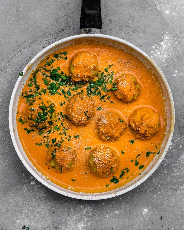 vegan Potato Balls with Gram Masala Sauce recipe http://voilavegan.com/blog/potato-balls-garam-masala-sauce-2/