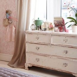 Shabby chic-υπνοδωμάτιο με σιφονιέρα
