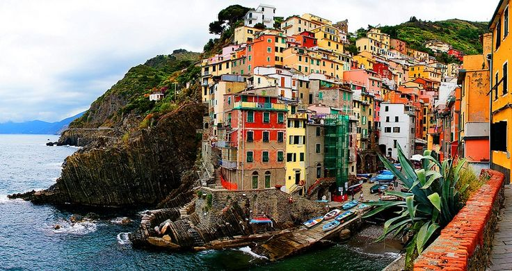 Cinque Terre in Italy, a pastel colored dream! - https://www.deviantworld.com/world/travelling/cinque-terre-italy-pastel-colored-dream/
