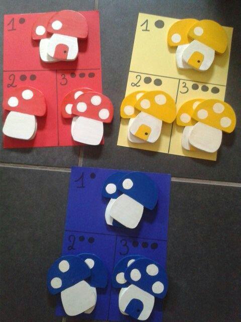 Logblokken in hout. De kleuters moeten de blokken sorteren volgens kleur en het aantal stippen.