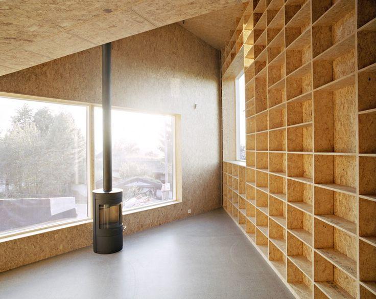 Casa Triangulo JVA . Diseño de estanterias y forro de paredes en tablero OSB