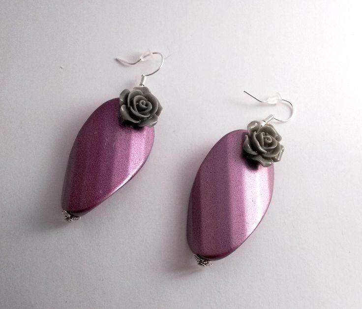 boucles d'oreille pétale de rose et sa fleur en résine grise : Boucles d'oreille par chely-s-creation