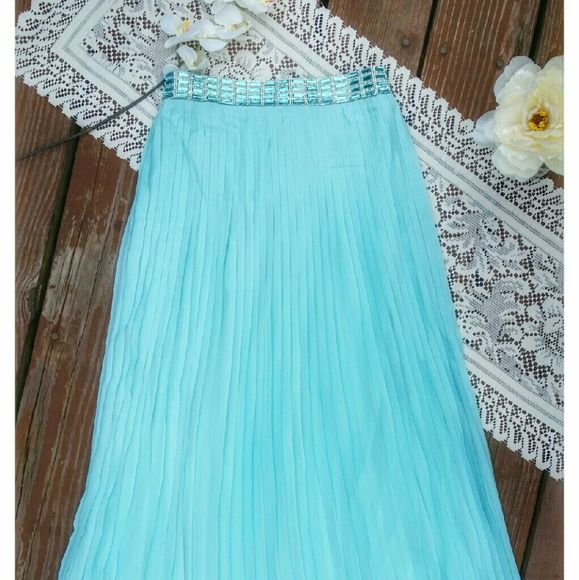 Mint  maxi skirt - Get the look Get this boho look with our mint skirt embellished with rhinestone detail at the waist. Flowy and femenine.  20% off bundles of 2+ Www.facebook.com/lachulaboutiquesac Boutique  Skirts Maxi