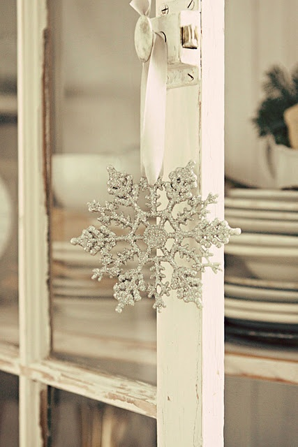 I sure do love snow flakes!! This one is gorgeous and I think I might just make me one of these:-)