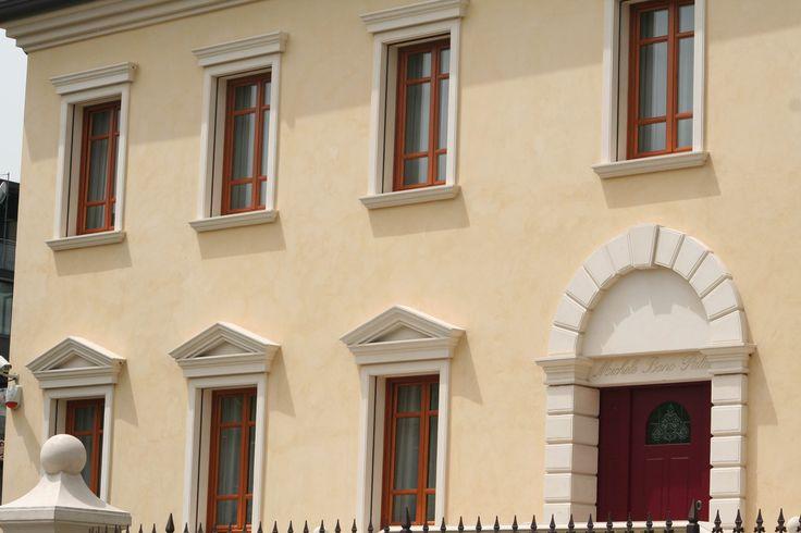 Angolari bugnati, cornicioni per gronda, decorazioni finestre, profili decorativi per finestre, zoccolatura, soglie, davanzali, decorazioni in polistirolo, cornici in polistirolo, profili in polistirolo, profili per facciata,